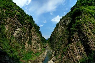 [ 日本三大峡谷 ]  遊歩道最終地点のパノラマステーションからの眺望。圧倒的な柱状節理のV字谷が目の前に現れます。
