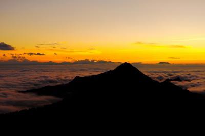 志賀高原 雲海| 眼下に広がる雲の海。雲の水平線に夕日が沈んでいきました。