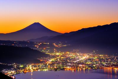 高ボッチ 夜景| 高ボッチ高原より諏訪湖越しに富士山を望む。快晴で空気が澄んだ夜 諏訪湖周辺の夜景が輝いていました。