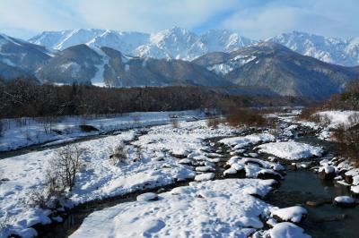 白馬大橋から白馬三山を望む| 北アルプスから流れる松川の河川敷は雪に覆われます。橋の北側に駐車スペースあり。冬季は雪捨て場になっており大型車に注意。