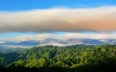 雲の通り道| 新緑の信州。上空を流れる雲。雲を纏った北アルプス。白馬から大町を覆う雲海。