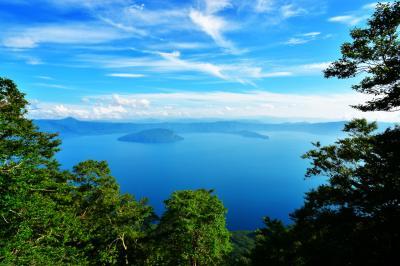 御鼻部山展望台| 爽快な青空色を映し出す湖面。