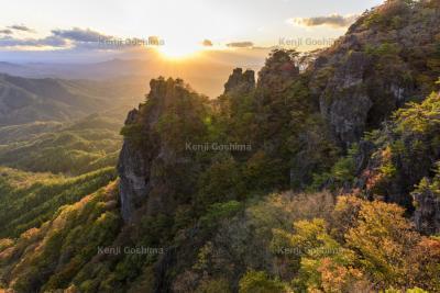 夕陽に包まれる霊山の紅葉|