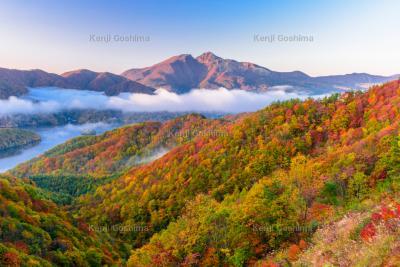 紅葉と雲海 輝く磐梯山|